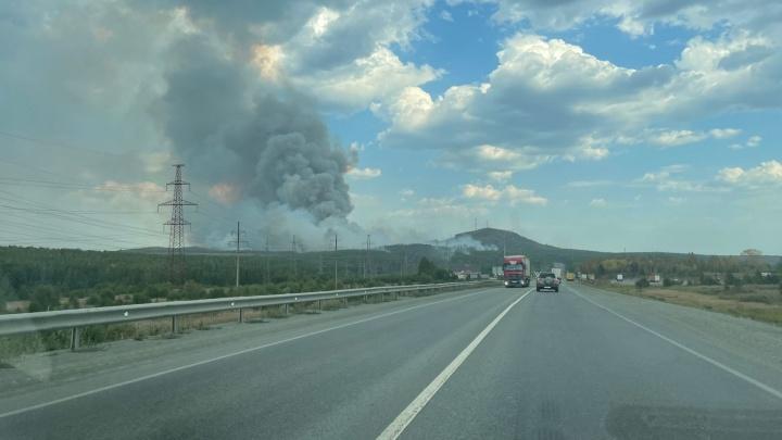 Пермский тракт перекрыли из-за крупного пожара у горы Волчихи