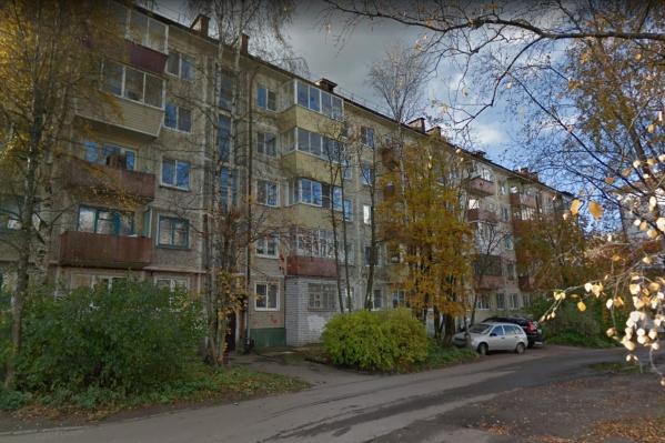 "Конфликт произошел во дворе дома <nobr class=""_"">№ 192</nobr> на Троицком проспекте"