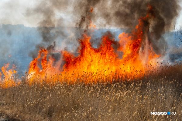 Сообщения о пожарах поступают со всех уголков области
