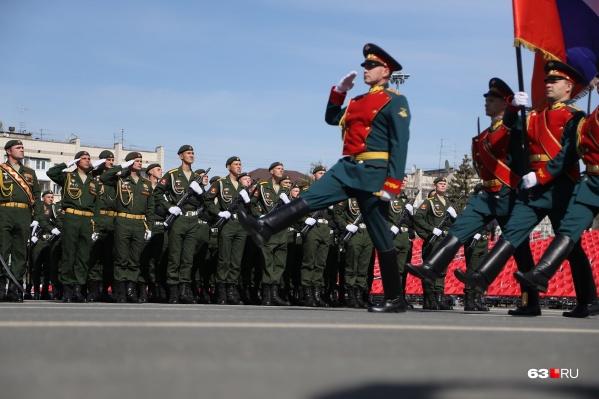 Шествие началось с выноса государственного флага и Знамени Победы