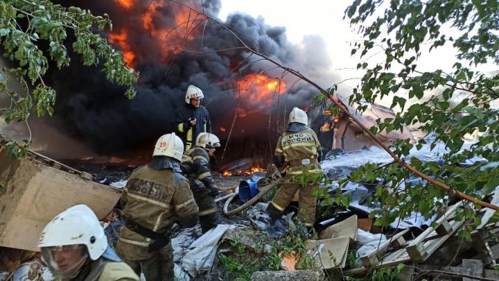 Была угроза взрыва бочек с ГСМ: спасатели остановили огонь на улице Фронтовых Бригад