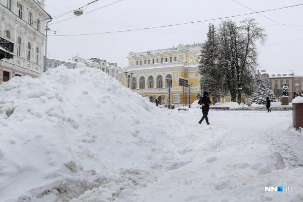 Горы снега сейчас возвышаются по всему городу