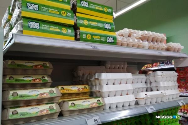 """Цены на яйца в омских магазинах сейчас варьируются от <nobr class=""""_"""">79 рублей</nobr>"""