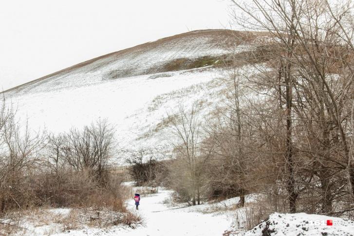 Над Восточным Донбассам высятся терриконы, как курганы над умершими шахтами