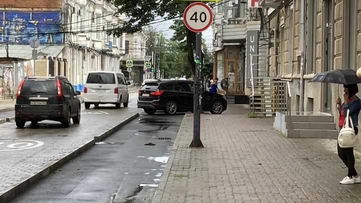 Власти Краснодара рассказали, как будут бороться с парковкой на велодорожках в центре города