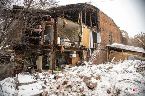 Стена дома упала, когда жильцы спали
