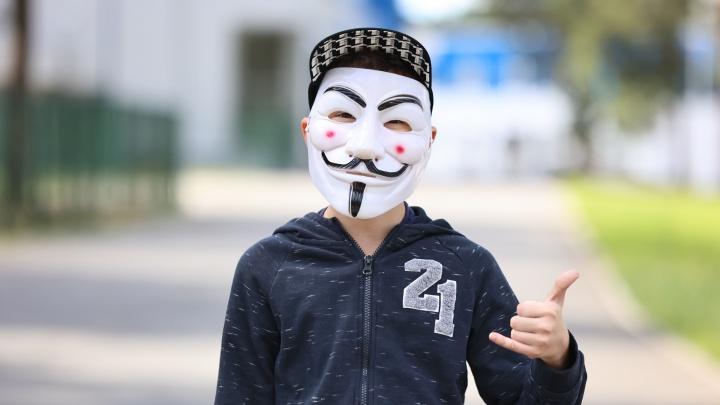 В Челябинске школьники массово скупают маски Гая Фокса (или Анонимуса). Разбираемся, что это значит