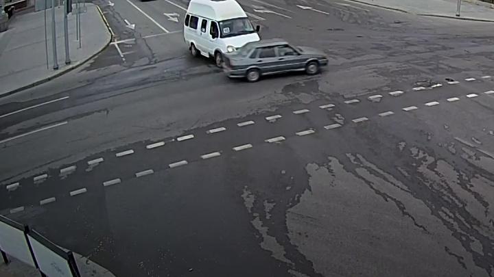 Момент ДТП с «Ладой» и маршруткой на проклятом перекрестке Волгограда попал на видео