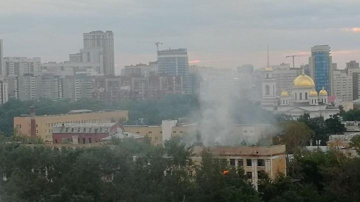 В Екатеринбурге горит здание заброшенной больницы в Зеленой Роще