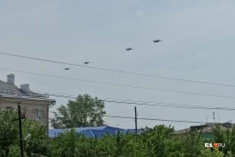 Около полудня четыре истребителя пролетели над городом
