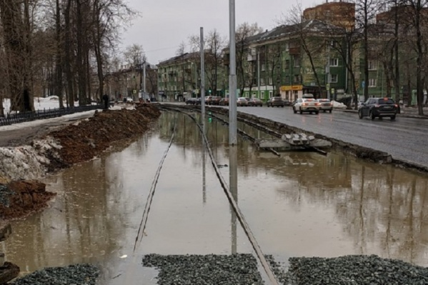 Улицу Уральскую затопило в том месте, где только что проложили новые рельсы