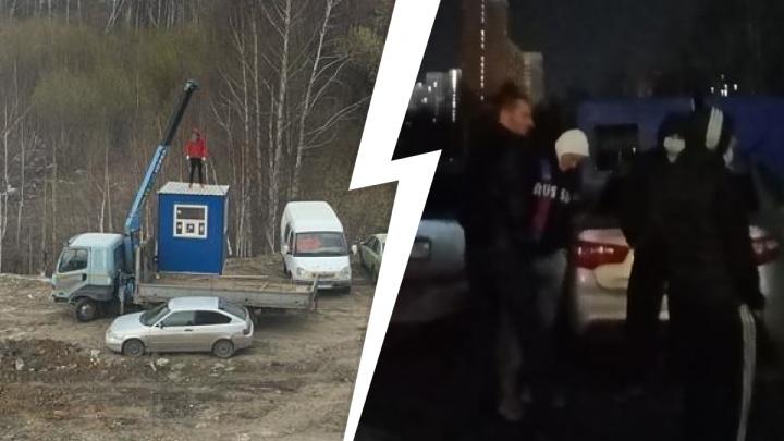 «Плати 70 рублей и проезжай»: на Широкой Речке жильцы вызвали полицию, чтобы выгнать нелегальных парковщиков
