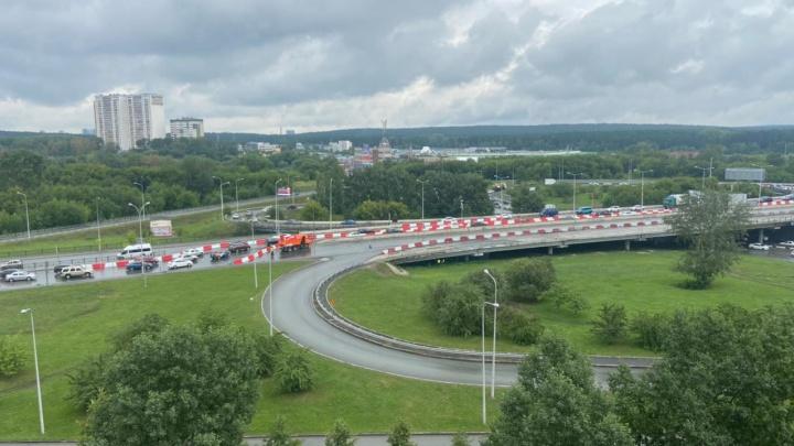 Превращается в «бутылочное горлышко»: в Екатеринбурге дорожники перекрыли мост, ведущий на Россельбан