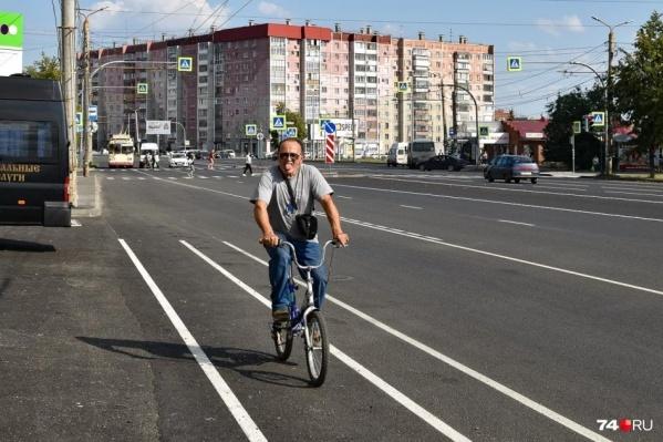 Большая часть Комсомольского проспекта — это по две автомобильные полосы в каждом направлении, плюс одна автобусная и одна велосипедная