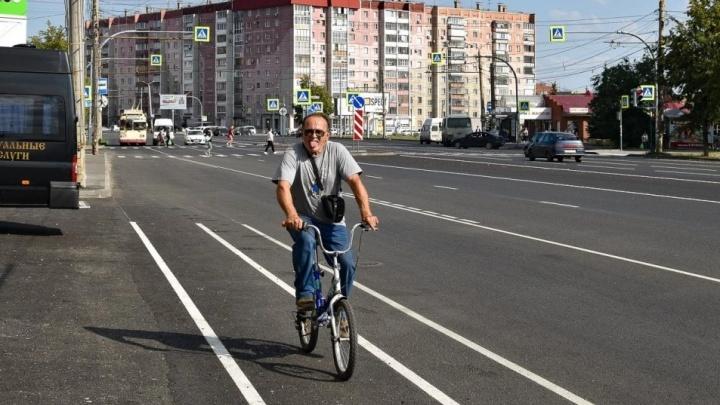 «Дорога в автомобильный ад»: Илья Варламов раскритиковал велодорожки на Комсомольском проспекте