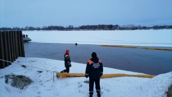 В реку попали нефтепродукты: в Ярославле на Волге поставили боновые заграждения