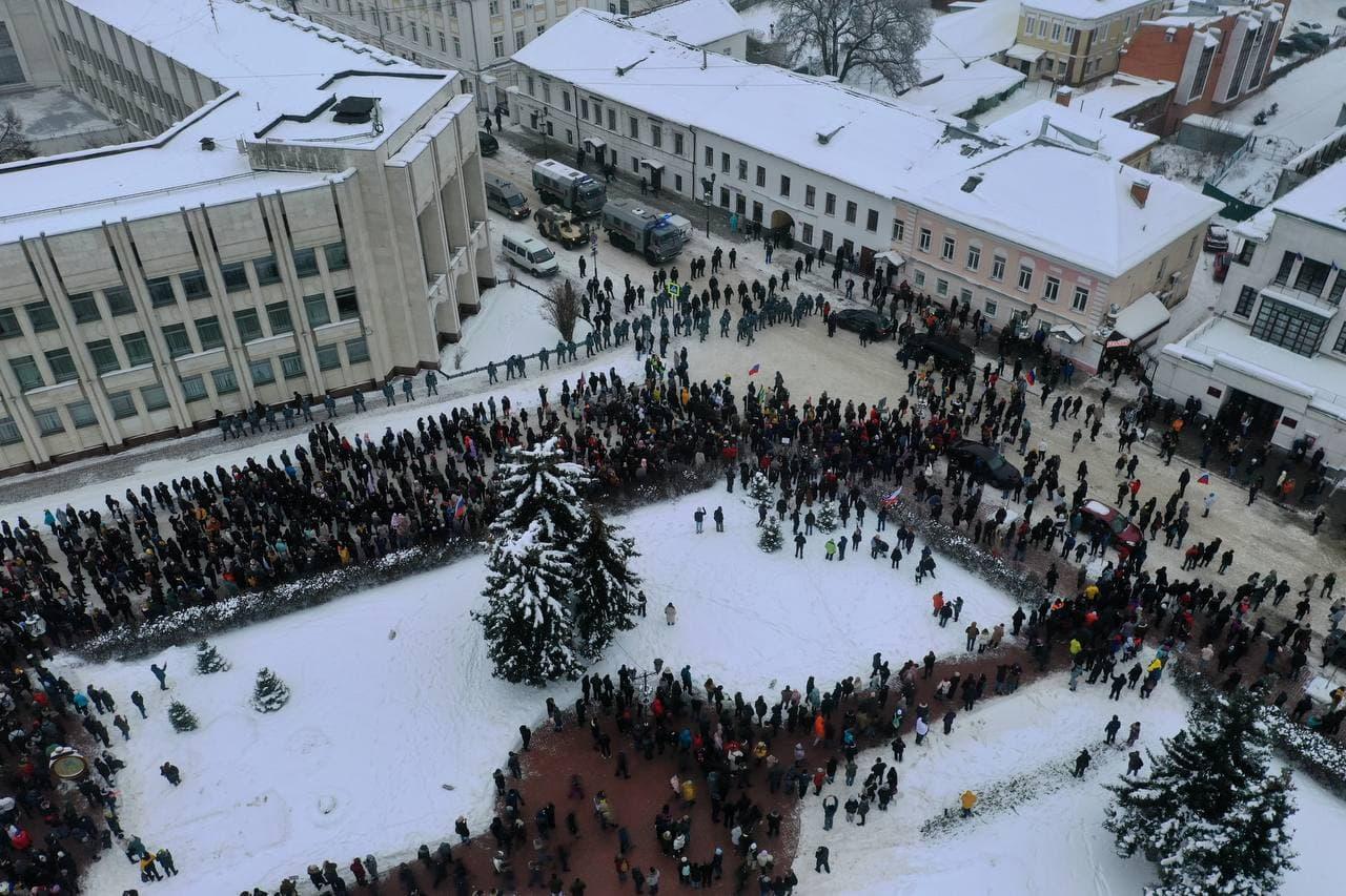 Стычки с силовиками произошли у оцепленной ОМОНом Советской площади
