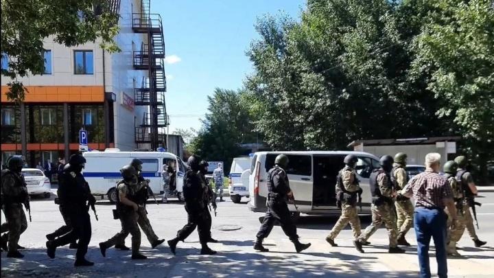 Грабителя задержали сотрудники спецслужб, переодетые в инкассаторов. Подробности захвата банка в Тюмени