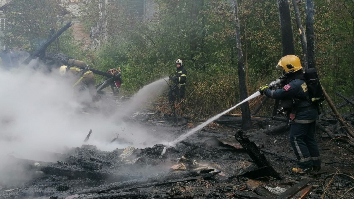 В Архангельске загорелись два дома на переулке Водников. Ранее их уже поджигали