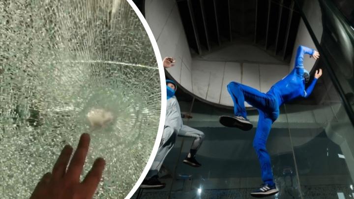«Люди летали, а тут такой беспредел»: неизвестные с топорами разгромили комплекс с аэротрубой в Новосибирске