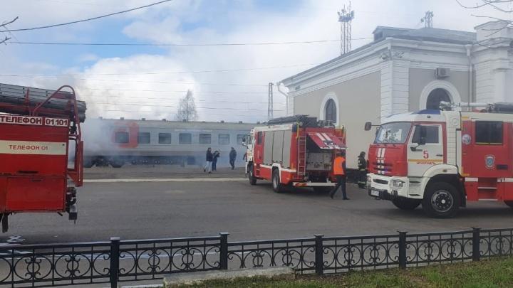На Московском вокзале в Ярославле дым и машины МЧС: что происходит