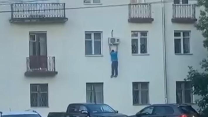 Повис на кондиционере: пациент больницы в Ярославле выпрыгнул из окна