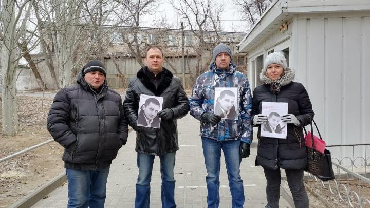 Хотели посмотреть ей в глаза: риелторы Волгограда вышли к суду с портретами убитого из-за ссоры в школьном чате