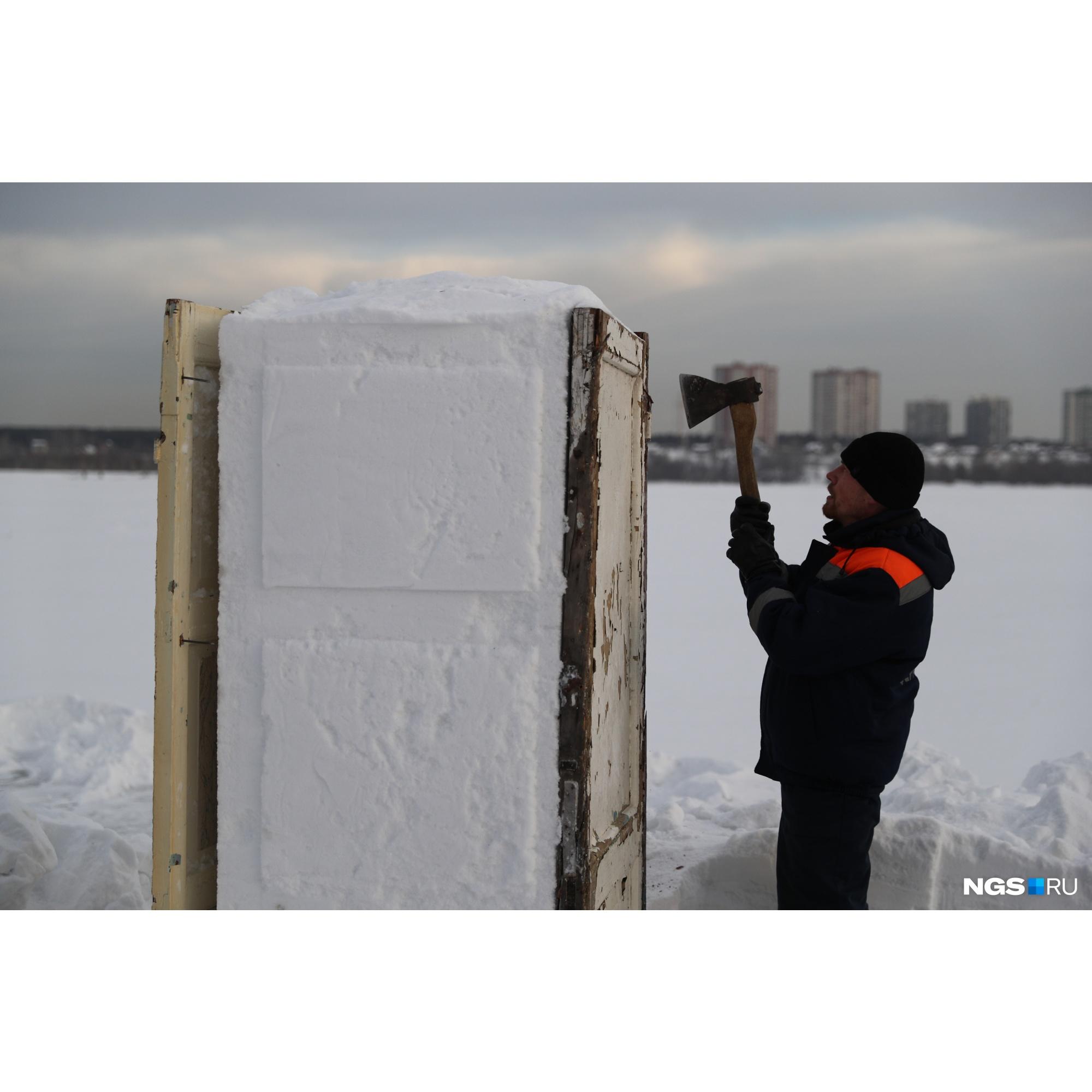По краям купели будут еще две снежные скульптуры
