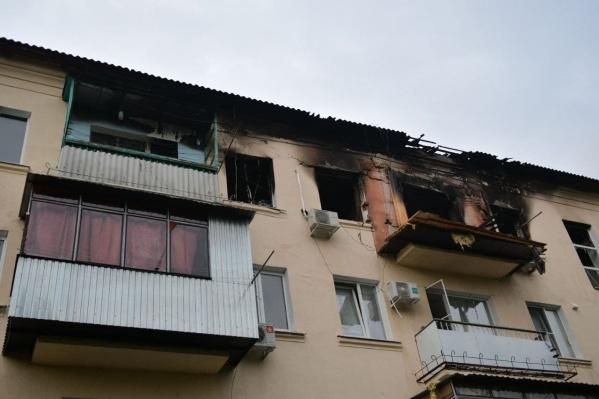 В квартире начался сильный пожар после взрыва