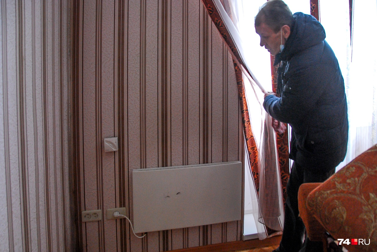 Сергей демонстрирует электрообогреватель в своей квартире