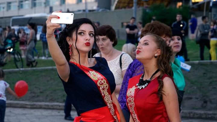 Омские школьники отметят выпускные по классам