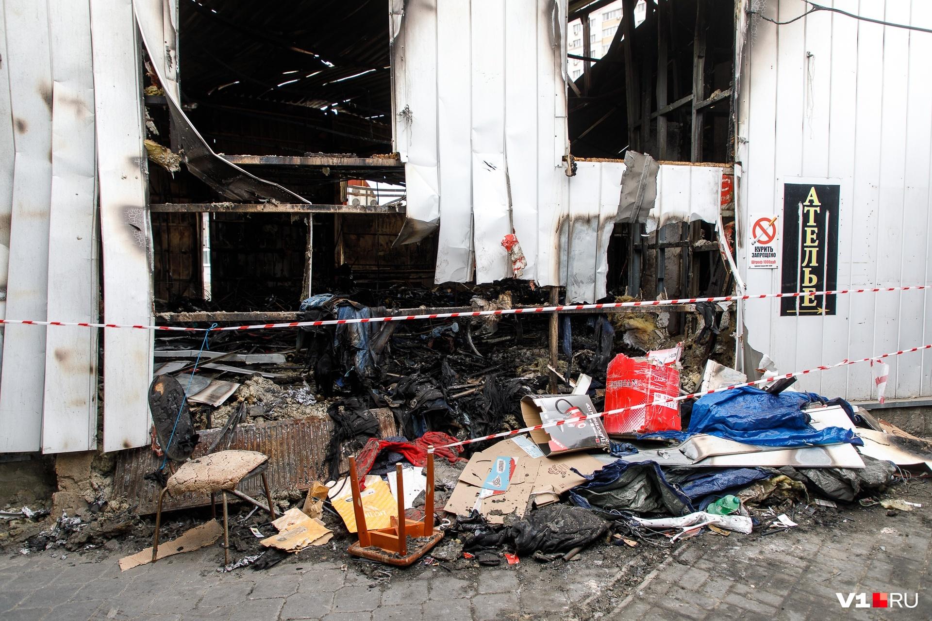 Разбирать завалы и сгоревшие конструкции еще предстоит