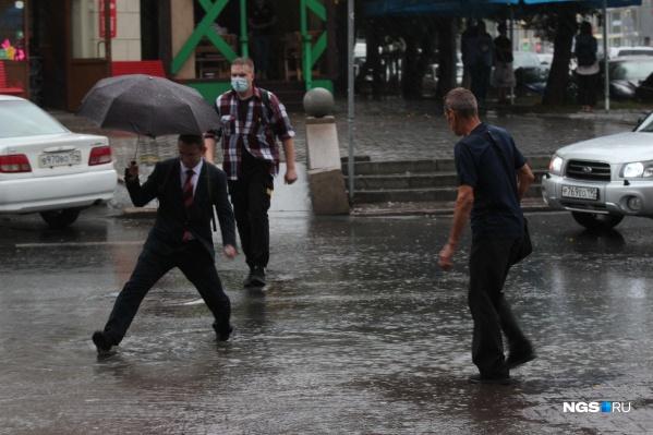 В такую погоду сложно выглядеть стильно, идя по улице. Но некоторым это удается
