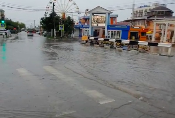 В Анапе дожди подтопили улицы, а в море заметили смерч