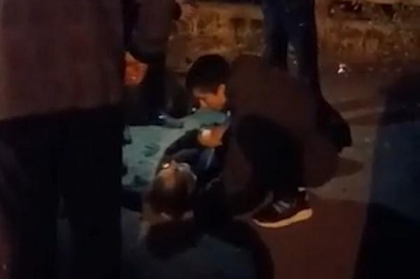 После удара юноша лежал без движения