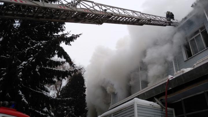 1200 квадратных метров охвачены огнем: появилось видео пожара на бывшем ГПЗ-9 в Самаре