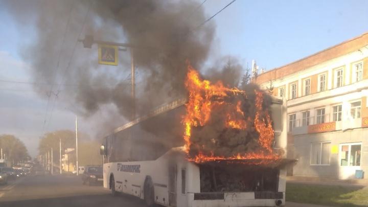В Уфе посреди проезжей части загорелся автобус