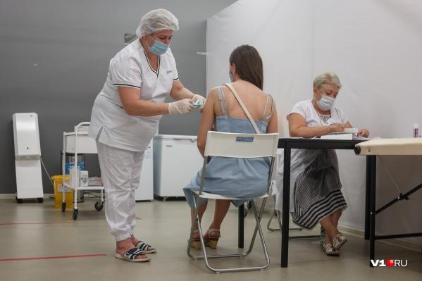 Чиновники настаивают на массовой вакцинации, но победу над заразой даже не обещают