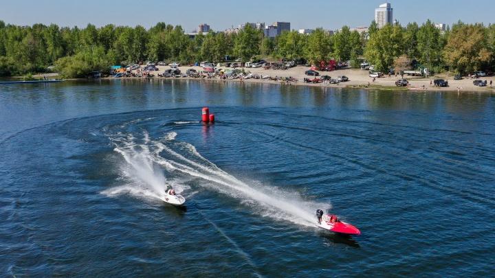 Красноярск принял чемпионат России по водно-моторному спорту. Смотрим, как глиссеры носились по Енисею