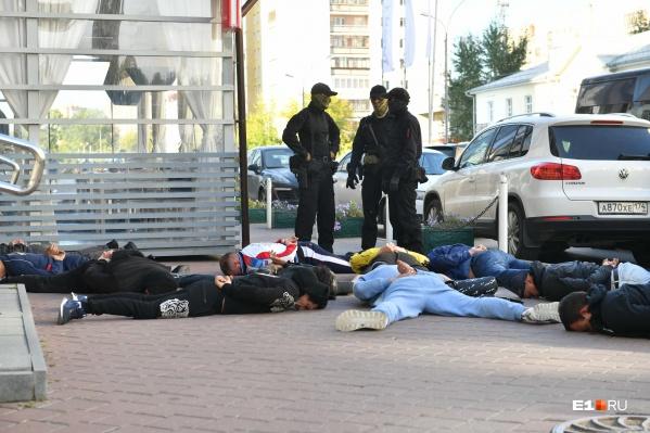 Спецоперация на Юмашева: силовики вывели компанию мужчин из ресторана и уложили их на асфальт