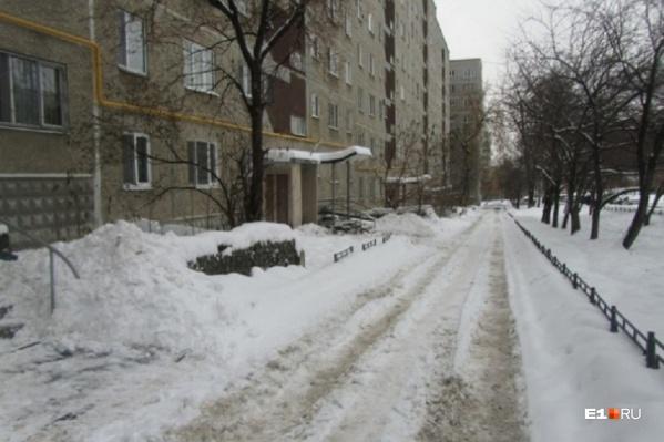 Многие дворы Екатеринбурга сейчас выглядят примерно так
