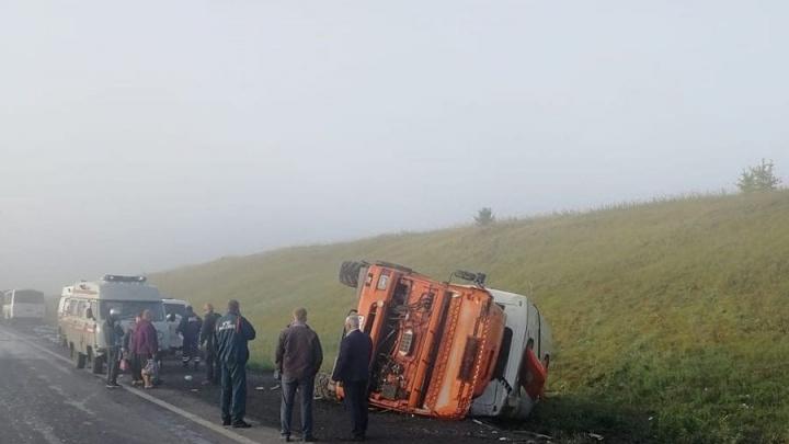 Грузовик и автобус столкнулись на кузбасской трассе. Есть пострадавшие