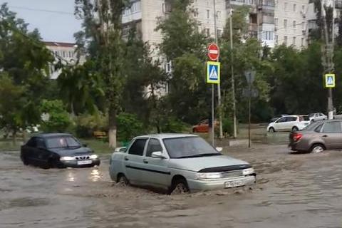 «Машины всё еще плывут»: на юге Волгограда затопило важнейшие дороги