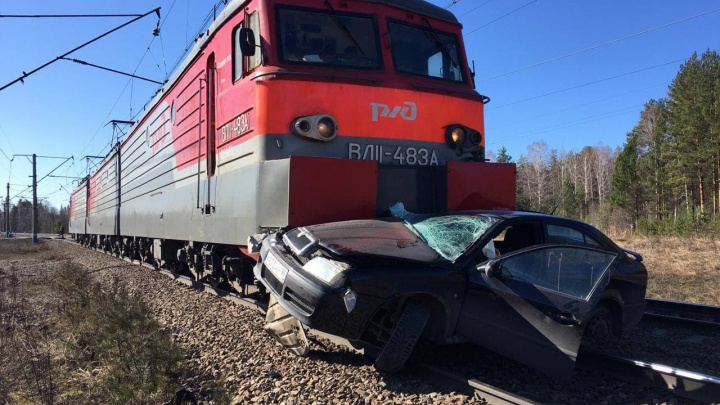 Оттащил на сотню метров: на Урале локомотив протаранил Skoda на железнодорожном переезде