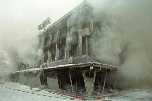 """К моменту приезда пожарных огонь бушевал в здании уже <nobr class=""""_"""">минут 30</nobr>"""