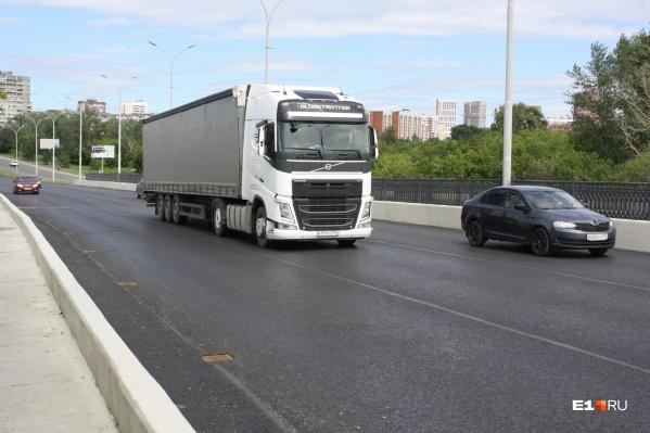 В Екатеринбурге строители завершили ремонт Бебелевского моста