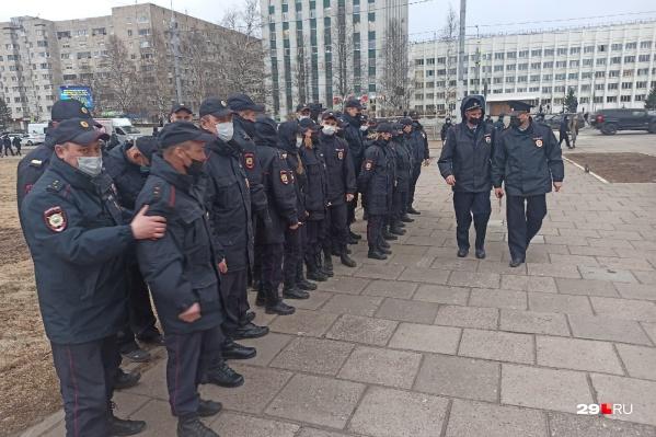 Колонна полицейских пришла на место сбора