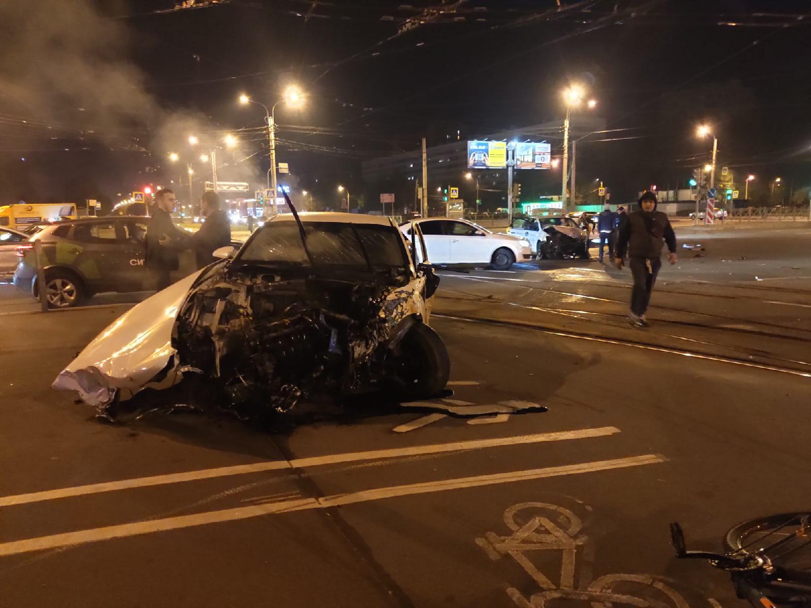 Два товарища на каршеринге удирали от полиции в Петербурге. Итог погони  минус забор и три машины