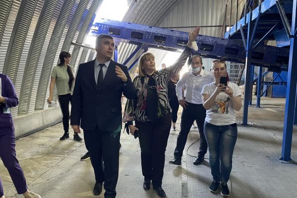 По экокомплексу провели экскурсию для представителей регионального правительства, местной администрации и жителей хутора Веселый