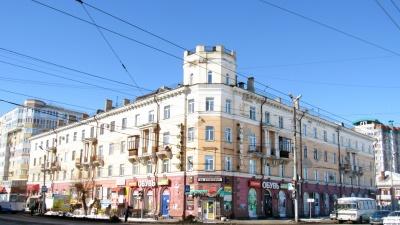 Трехметровые потолки, укутанные в глянец: как современные омичи обустраивают квартиры-сталинки